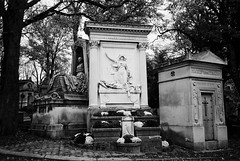 R4-047-22 (David Swift Photography) Tags: davidswiftphotography parisfrance perelachaisecemetery cemeteries tombstone tombs graves historiccemeteries 35mm film olympusstylusepic ilfordxp2