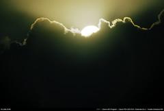 Lever de soleil (Ludtz) Tags: ludtz canon ae1 canonae1 canonae1program fdsystem canonfdn200|28 fdextender2xa analog film negative kodak kodakcolorplus200 bretagne breizh brittany bzh finistère pennarbed 29 trévignon cloudsstormssunsetssunrises ocean océanatlantique atlantic atlantique atlanticocean sunrise leverdesoleil goldenhour gold heuredorée nuages clouds