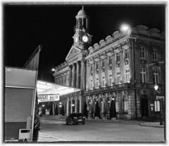 Cambrai, Jeudi soir, un petit air de Sud (PATRICK skorzec) Tags: cambrai hautsdefrance noiretblanc hoteldeville lumière fujixt3 lampadaire