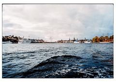 (schlomo jawotnik) Tags: 2019 oktober stockholm schweden bootstour welle wasser schiffe kreuzfahrtschiff kran kirchturm kirche skyline endederrundfahrt analog film kodak kodakproimage100 usw