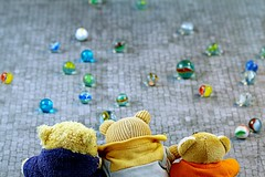 GLAZEN KNIKKERS || GLASS MARBLES (Anne-Miek Bibbe) Tags: lookingcloseonfriday glas glass cristal verre vetro sferedivetro billesdeverre glaskugeln bolasdevidrio canoneos70d annemiekbibbe bibbe nederland 2019 tabletopphotography speelgoed toy spielzeug giocattoli juguetes bringuedos jouets bear teddybear beertje teddybeer beer speelgoedbeer nounours minibeer minibear happyteddybeartuesday