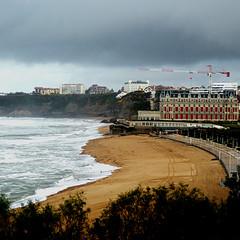 La playa de Biarritz bajo la lluvia - Biarritz beach in the rain (nuska2008) Tags: nuska2008 nanebotas biarritz playa hoteldupalais grúa eugeniademontijo olympussz30mr francia aquitania nubes clouds árboles olas mar arena
