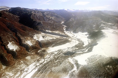 74-279 (ndpa / s. lundeen, archivist) Tags: nick dewolf nickdewolf color photographbynickdewolf 1975 1970s film 35mm 74 reel74 autumn fall colorado fromtheairplanewindow aerial mountains landscape rockies rockymountains sky bluesky peaks snow snowcovered road highway valley