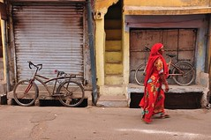 India- Rajasthan- Jodhpur (venturidonatella) Tags: india asia rajasthan jodhpur persone people portrait gente gentes ritratto colori colors nikon nikond300 d300 street strada streetphotography streetportrait streetscene streetlife sari rosso red bici biciclette bike