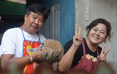 food vendor couple with shy dog (the foreign photographer - ฝรั่งถ่) Tags: jun42016nikon food vendor couple shy dog khlong thanon portraits bangkhen bangkok thailand nikon d3200
