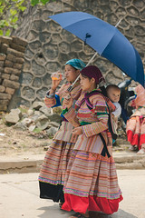 _J5K9262.0511.Bắc Hà.Lào Cai (hoanglongphoto) Tags: asia asian vietnam northvietnam northernvietnam life people women thehmong hmongpeople hmongwomen dailylife canon người phụnữ ngườihmông phụnữhmông cuộcsống đờithường lifeinvietnam fashion womensfashionhmong thờitrangphụnữhmong trangphụccủaphụnữhmông canonef70200mmf28lisiiusm happyplanet asiafavorites candid candidphoto authenticshooting authenticphoto ảnhchụpchânthực photoofauthenticlife northeastvietnam đôngbắc canoneos1dsmarkiii làocai bắchà chợbắchà bachamarket travelportraits street đườngphố cuộcsốngởviệtnam umbrella cáiô ô 2girl twogirl