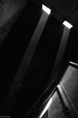 Templo de Edfu, Egipto. (Carlos Arriero) Tags: edfu egipto carlosarriero viajar travel nikon d800e 2470f28 tamron blackandwhite blancoynegro bw bn composition contraste templodeedfu egypt horus apolo antiguoegipto