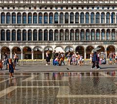 Venezia / Aqua Alta / Piazza San Marco (Pantchoa) Tags: venise vénétie italie place saintmarc piazza sanmarco eau aquaalta reflets façades personnes arcades fenêtres