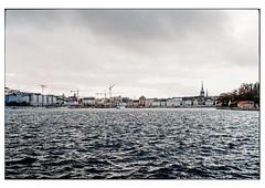(schlomo jawotnik) Tags: 2019 oktober stockholm schweden kastellholmen wasser wellen skyline kran gebäude kirche kirchturm schiffe fähre analog film kodak kodakproimage100 usw
