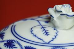 Zwiebelmuster (Elisabeth patchwork) Tags: porcelain porzellan zwiebelmuster rose lid deckel sigma sigmasdquattro sigma105mm