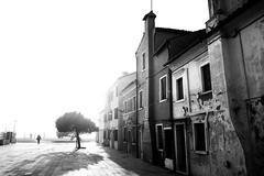 Burano (Sonny Hopin) Tags: burano venise traveltocreate travel travelphotography noir et blanc noiretblanc bnw architecture