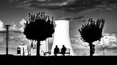 Rast vor dem Kraftwerk (lutzmarl) Tags: duisburg walsum kraftwerk sw black white personen schatten wolken nikon d7000 sigma 1770