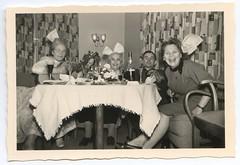 . (Kaïopai°) Tags: vintage party haarschleife schleife women femmes frauen damen tapete tapetenmuster feier spass fun guitar gitarre musik musician badmeinberg hornbadmeinberg frau femme woman