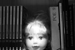 (roaming wolf) Tags: puppe doll kopf head horror literatur literature books bücher licht light augen eyes eerie unheimlich scary gruselig creepy bücherregal bookshelf spielzeug toy surreal indoor innenraum interieur interior buchstütze bookend schwarzweis blackandwhite monochrom monochrome digital dark dunkel darkness dunkelheit düster gloomy erinnerung memory illusion insanity insane undead untot haunting gespenstisch geist ghost