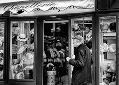 LOOKING FOR A NEW HAT (bhs-photo) Tags: bnw noiretblanc schwarzweis monochrome street leica leicaq nice