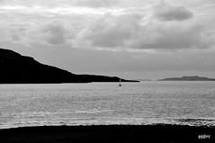 Scotland coast 9 (pjarc) Tags: uk scotland scozia costa coast terra earth acqua water cielo sky nuvole clouds tour 2019 landscape paesaggio foto photo bw black white bianconero nikon d3s barca boat
