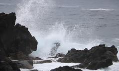 Mare grosso - Rough sea (Raffa2112) Tags: azzorre isoladipico mareggiata scogli spruzzi mare grigio azores islandofpico roughsea cliffs gray spray