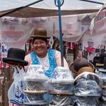 Una venditrice di cappelli a La paz