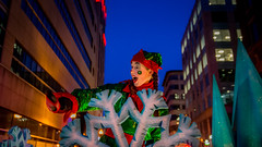 Parade des jouets (Patrick Boily) Tags: parade jouet quebec christmas noel sigma 1750 red green gifts cadeaux toys