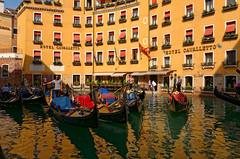 Venezia / Bacino Orseolo (Pantchoa) Tags: venise italie vénétie bassin bacinoorseolo gondoles hotel hotelcavalletto reflets eau façade gondoliers