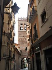Teruel - Torre mudéjar de El Salvador (EduOrtÍn.) Tags: mudejar torre calle farola teruel arco aragón