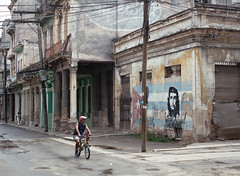 Streets of Havana - Cuba (IV2K) Tags: mamiya mamiya7 mamiya7ii mediumformat 120 120film kodak kodakfilm kodakportra kodakporta400 portra portra400 havana havanacuba habana lahabana cuba cuban cubano kuba street cheguevara che propaganda grafitti caribbean staybrokeshootfilm ishootfilm istillshootfilm