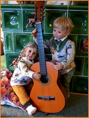 Zwei Kinder mit dem Kontrabass☺ / Two children with the double bass ☺ (ursula.valtiner) Tags: puppe doll luis bärbel künstlerpuppe masterpiecedoll musik music musikinstrumente musicalinstruments gitarre guitar kontrabass doublebass contrabass