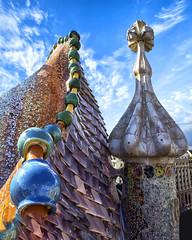 El techo de la Casa Batlló. (Ál Men-chez) Tags: barcelona casa batllo reptil gaudi dragon cruz sant jordi