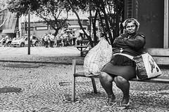 Frau (rainerneumann831) Tags: bw blackandwhite street strase streetphotography candid strasenfotografie monochrome urban ©rainerneumann riodejaneiro wwwrainerneumannphotographyde frau sitzbank