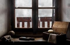 """""""Cose da nonni"""" (mariateresa toledo) Tags: finestra window legno wood gomitolo ballofwool pennellodabarba shavingbrush ricordi nonni grandparents sonynex7 sonnarte1824 zeiss mariateresatoledo dsc00806"""
