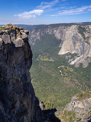 overwhelming nature – the single person appears there so small (kleiner_eisbaer_75) Tags: taft point yosemite nationalpark usa kalifornien california tal valley felsen rocks natur nature aussicht view ncg