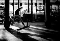 Skate (Piotr Jaworski) Tags: george street nantes bw bokeh canon 5dmk2 ef 35f2 piotr pitrus ile de