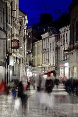 Déambulations avant Noël... (Tonton Gilles) Tags: alençon normandie rue aux sieurs foule personnage personnages silhouettes flou de bougé temps pose lente trépied heure bleue rouge bleu noir et blanc jaune scène paysage urbain