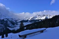 DSC_0128 (Bergwandern Alpen) Tags: alpen alps bergwandern hiking schnee schneelandschaft winter winterlandschaft sitzbank sitzgelegenheit sernftal wolken wolkenspiel nebel bergpanorama snow winterlandscape mountainlandscape rastbank zugeschneit ausschitspunkt viewpoint