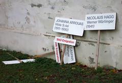 Emigration (Don Claudio, Vienna) Tags: bildhauerateliers bund praterateliers wien vienna prater kunst art ausstellungsgebäude bildhauergebäude staatsateliers austria österreich emigration schilder