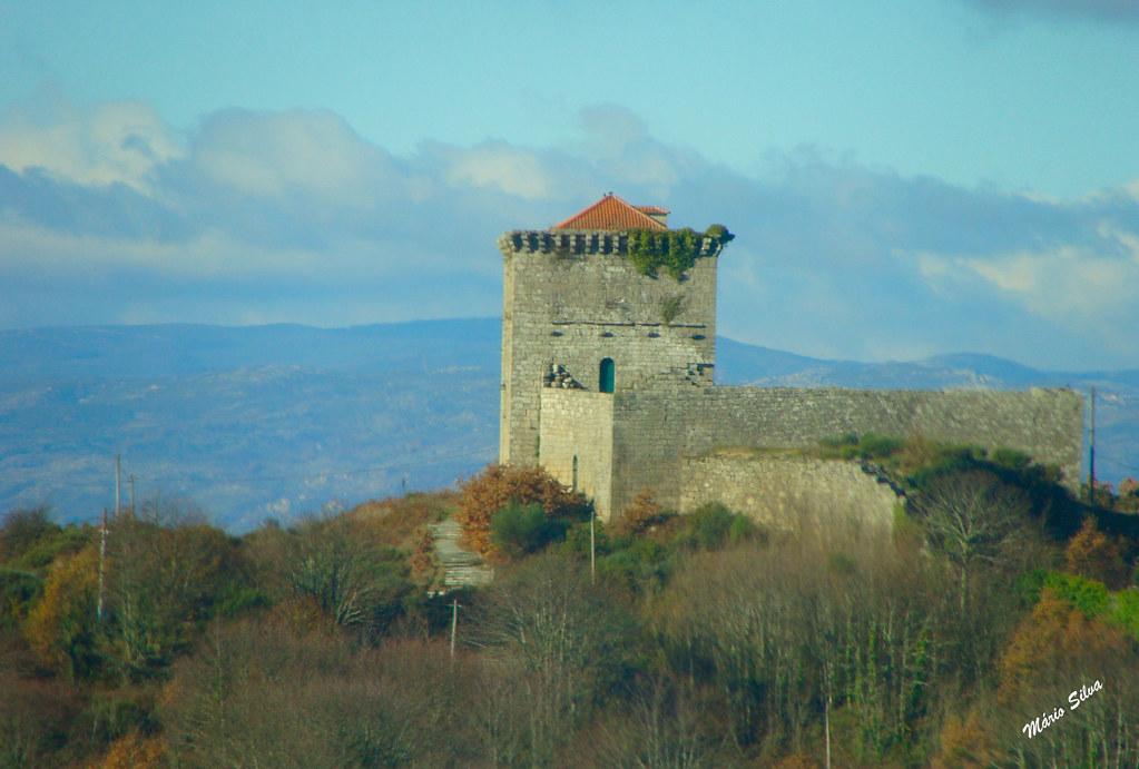 Águas Frias (Chaves) - ... o castelo de Monforte de Rio Livre (monumento nacional), no alto da serra do Brunheiro, dominando a paisagem e fazendo-nos recuar na História ...