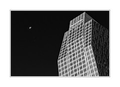 Tour Deloitte Lune moon (freephysique) Tags: noir et blanc architecture monochrome immeuble lune building contraste ville quartier daffaire la défense en blanco y negro arquitectura monocromo edificio luna ciudad distrito de negocios defensa black white moon contrast city central business district defense черный и белый архитектура монохромный строительство луна контраст город деловой район дефанс