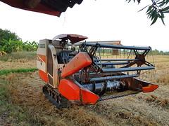 Kubota combine รถเกี่ยวข้าว (SierraSunrise) Tags: thailand phonphisai nongkhai isaan esarn equipment farm farming agriculture machinery harvest combine kubota small rice รถเกี่ยวข้าว