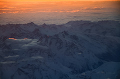 Approaching Geneve (RdeUppsala) Tags: alps alpes montañas mountains berg toppar landscape landskap sunset swiss suiza schweiz paisaje cumbres snow snö nieve nubes clouds moln ricardofeinstein switzerland atardecer solnedgång geneve ginebra vuelo flyg flight