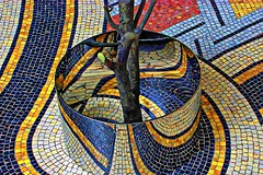 Plantation (Edgard.V) Tags: paris parigi art moderne sculpture esculptura scultura reflets riflessi reflexos reflection tree arbre arvore albero couleurs cores colors colori mosaïques moasaici mosaic