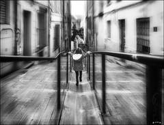 Imagination enfantine /  Child's imagination (vedebe) Tags: ville city rue street urbain urban enfant people humain human jeux marseille noiretblanc netb bw monochrome provence escaliers stairs