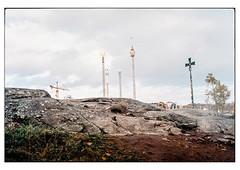 (schlomo jawotnik) Tags: 2019 oktober stockholm schweden vergnügungspark kran kreuz fels stein erde gras blätter bäume achterbahn analog film kodak kodakproimage100 usw