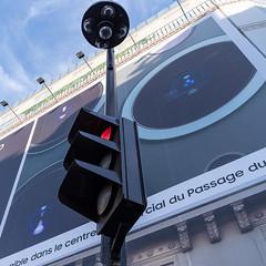 Surveillance généralisée (CD_NTL) Tags: rue smartphone surveillance camera affiche publicité street trafficlight poster advertising feu tricolore paris france saintlazare