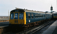 Class 114 DMU @ Cleethorpes, 20/10/1975 [slide 7529] (graeme9022) Tags: derby heavy weight heavyweight british rail railways br blue plain standard corporate livery uk train station platform clock 1970s local regional passenger transportation transport paytrain railcar service low density eastern region england east lincolnshire rural diesel mechanical munltiple unit square