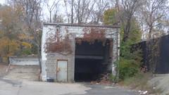 Garage Bladensburg & 25th Place NE (waroncars) Tags: dc ward5dc nedc garage overgrown overgrowth ivy crumbing gatewaynedc cinderblock