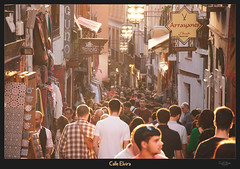 A sunny eve in Calle Elvira (VandenBerge Photography (Lack of time, sorry!)) Tags: calleelvira granada ancienttown alándalus andalucia spain europe canon eos80d people streetscene street sunset light albaicin border crowded