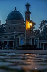 laterne (Heinertowner) Tags: laterne licht waldfriedhof trauerhalle abend lichtspiegelung asphalt