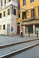 Ouais, t'es où là? (Robert Saucier) Tags: venise venezia venice building architecture rue street pavement pedestrian people personnes img9464