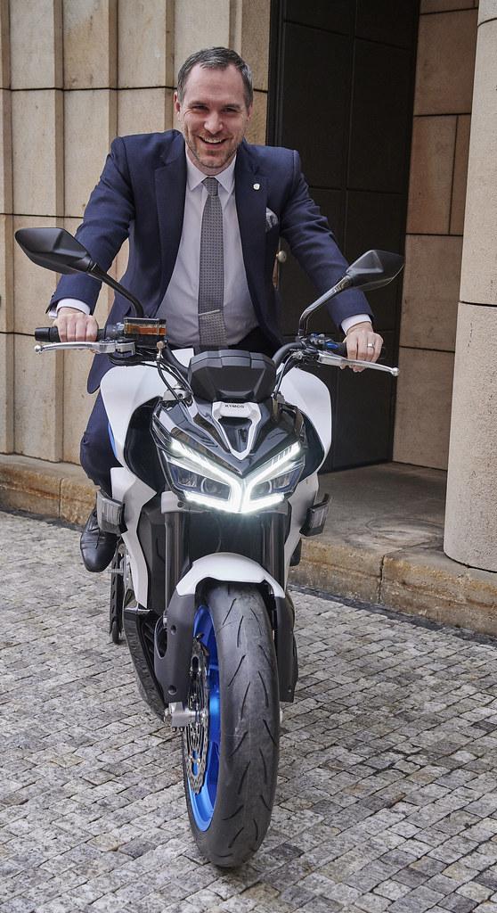 布拉格市長賀瑞普(Zdeněk Hřib)親身跨坐年度新星KYMCO電動重機街跑RevoNEX,並轉動 RevoNEX「電門」意外曝光陣陣聲浪,獲得在場人士高度評價。