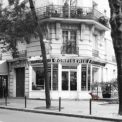 191117a1 (bbonthebrink) Tags: paris montmartre 2019 november rue caulaincourt borisbakery blackandwhite